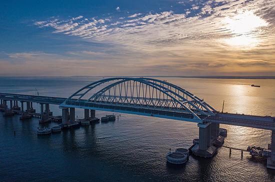 Более 700 тысяч грузовиков проехали за год по Крымскому мосту