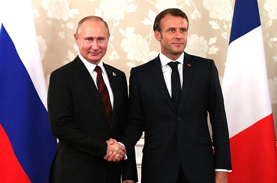 Песков: Путин и Макрон «перебросились парой слов» в Париже