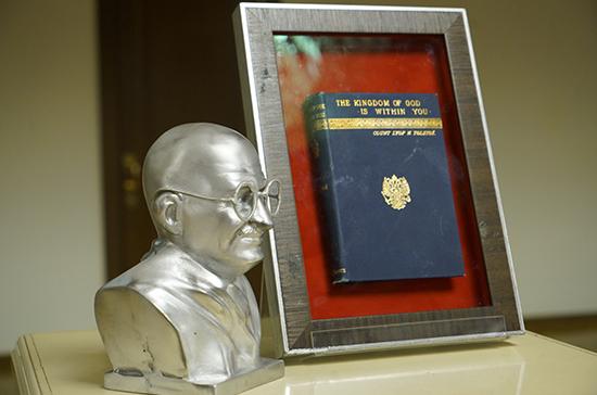 В Госдуме открыли выставку к 150-летию со дня рождения Махатмы Ганди