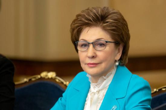 Карелова открыла в Совфеде выставку картин, написанных на пленэре в Воронежской области
