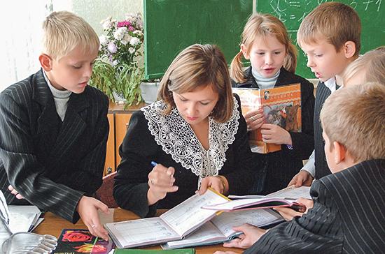 Кабмин разработает меры по повышению статуса учителя