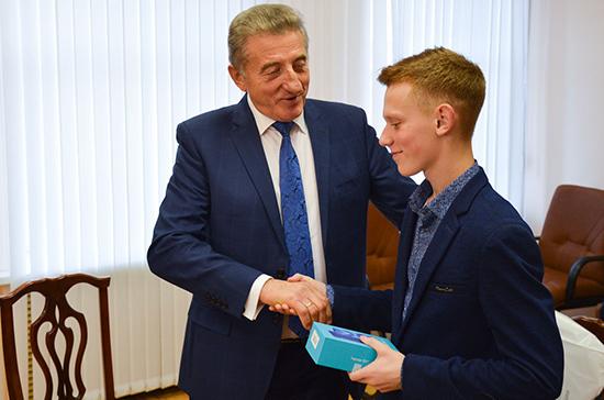 Лукин назвал современную молодёжь достойной опорой России