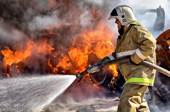 В Крыму сотрудник МЧС помог эвакуировать десять семей при пожаре в общежитии