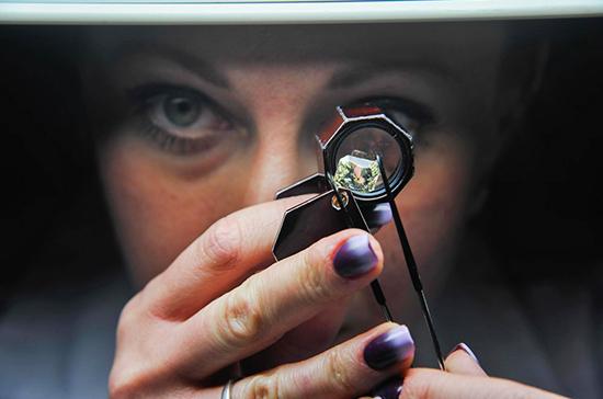 Трутнев выступил за введение обязательной маркировки искусственных алмазов