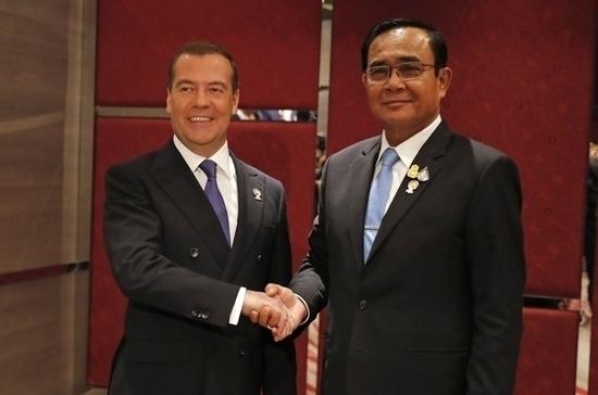 Медведев провёл переговоры с премьер-министром Таиланда