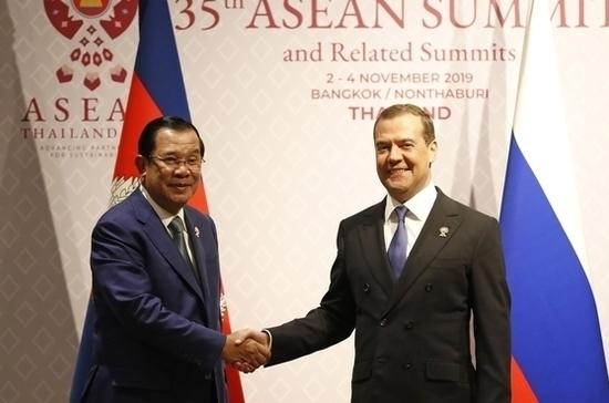 Медведев встретился в Бангкоке с премьер-министром Камбоджи