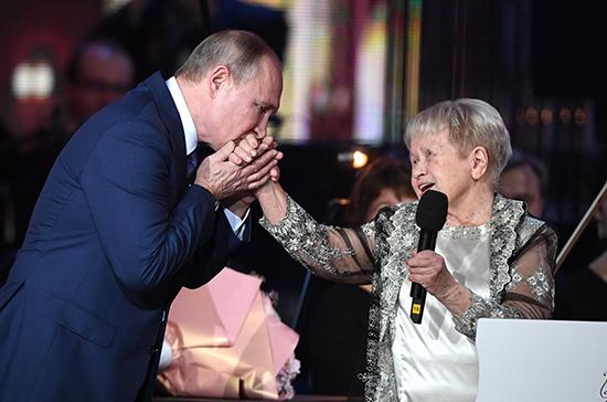Путин наградил Пахмутову орденом Андрея Первозванного