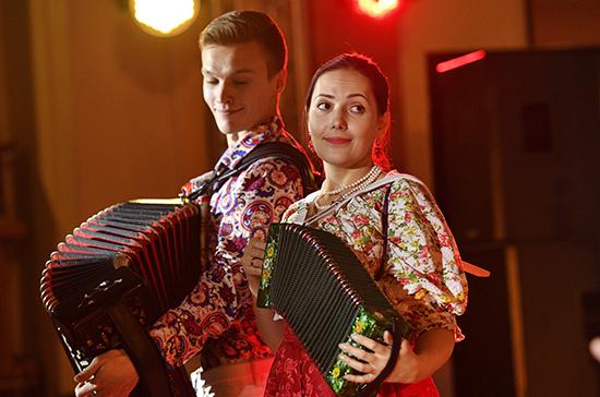 В Думе продемонстрировали возможности произведенных в РФ музыкальных инструментов
