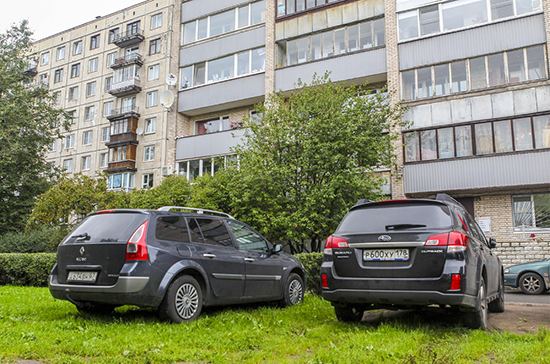 Депутаты Ленобласти хотят повысить штрафы за парковку на газонах