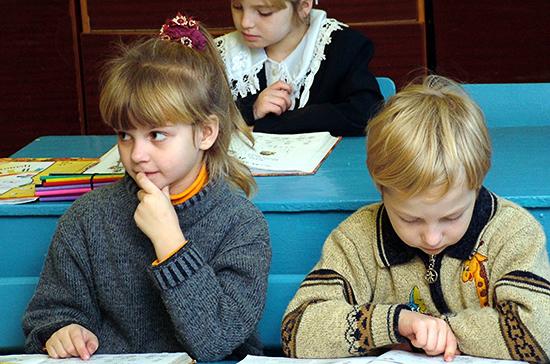 Президент подписал закон о приоритетном зачислении в школу детей из одной семьи