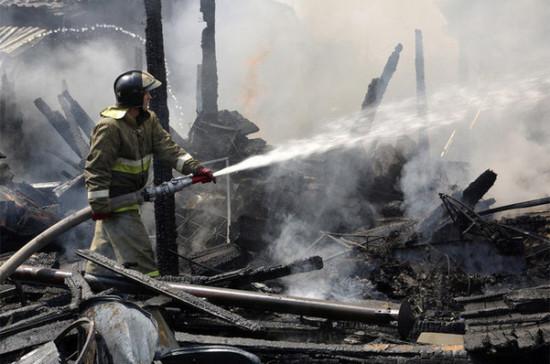 На юге Петербурга загорелся ангар с каучуком и фанерой