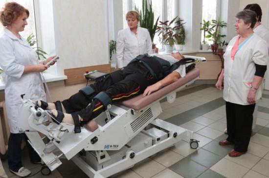 В подмосковные больницы закупили новое оборудование для реабилитации после инсультов