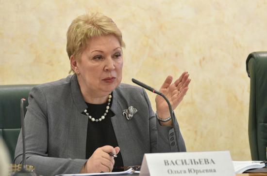 Васильева: почти четверть российских школ ограничили мобильники на уроках