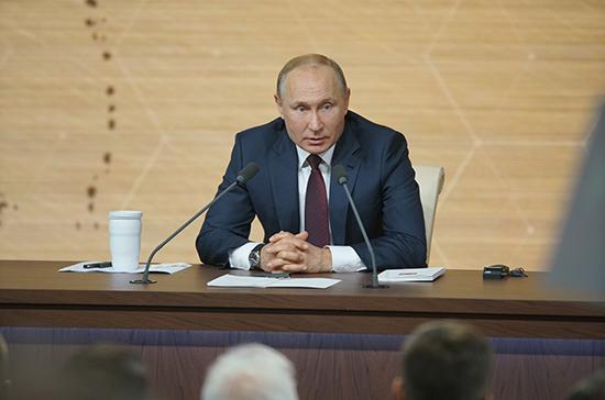 Проблему снижения реальных доходов нужно решать через рост эффективности труда, заявил Путин