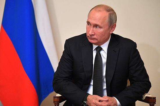 Путин отметил профессионализм коллектива Национального центра управления обороной РФ