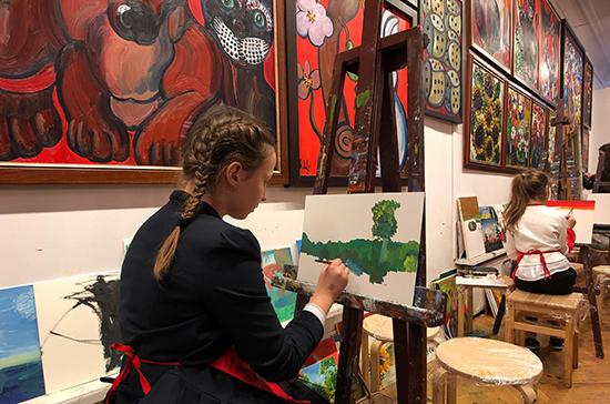 Зураб Церетели научил детей росгвардейцев рисовать