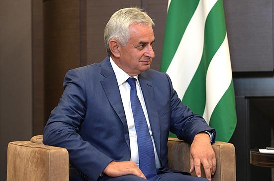 Президент Абхазии покинул здание администрации, сообщил организатор митинга