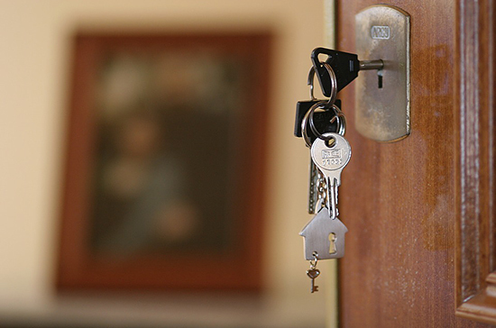 Сиротам предлагают выдавать сертификаты на жильё, пишут СМИ