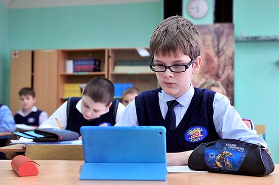 Школам могут разрешить централизованные закупки формы у российских производителей