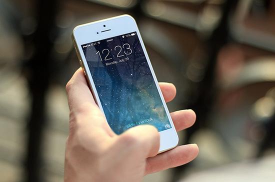 В Роспотребнадзоре рассказали, как пользоваться смартфонами без вреда для здоровья