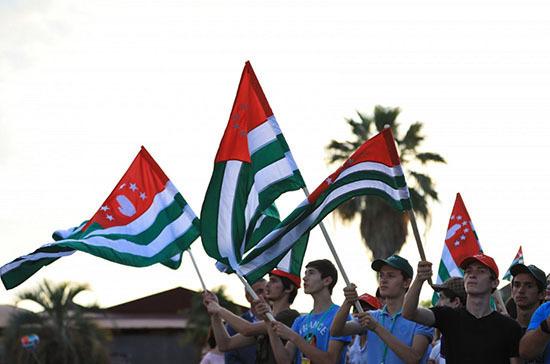 В Абхазии митингующие выломали двери в администрации президента
