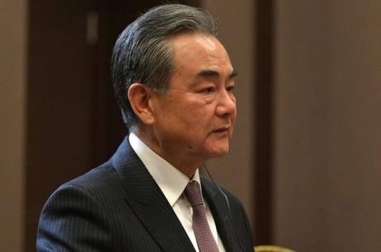 Глава МИД Китая сыграл на барабанах в аэропорту Бурунди
