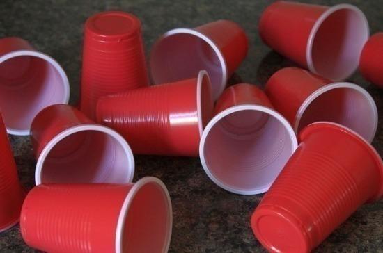 Запрет на производство одноразового пластика в России неизбежен, считает Бурматов