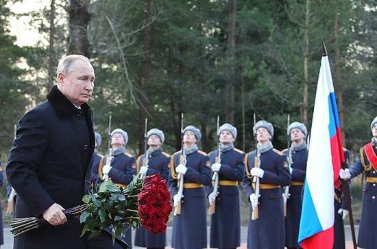 Путин возложил цветы к монументу «Рубежный камень» в Ленинградской области