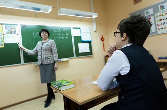 Сенаторы поддержали инициативу о единой системе оплаты учительского труда