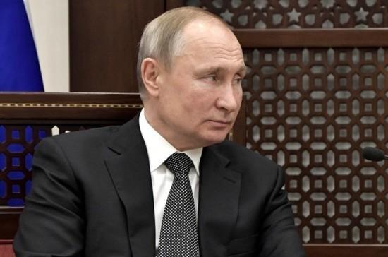 Путин поднял с пола упавшую фуражку палестинского гвардейца