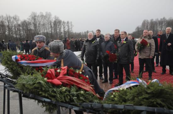Депутат Романов возложил цветы на Пискарёвском кладбище
