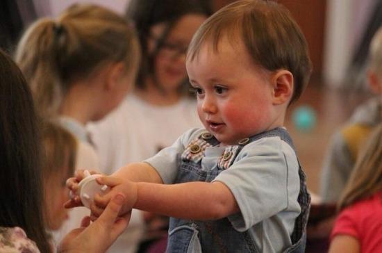 В Госдуму внесли проект о выплате компенсаций родителям за отсутствие мест в яслях