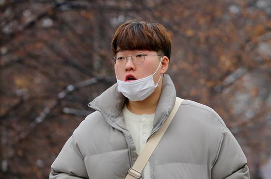 Китайский врач рассказал, как отличить коронавирус от простуды
