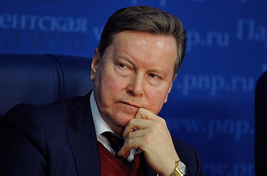 Олег Нилов призвал создавать место для курильщиков в поездах за их счёт
