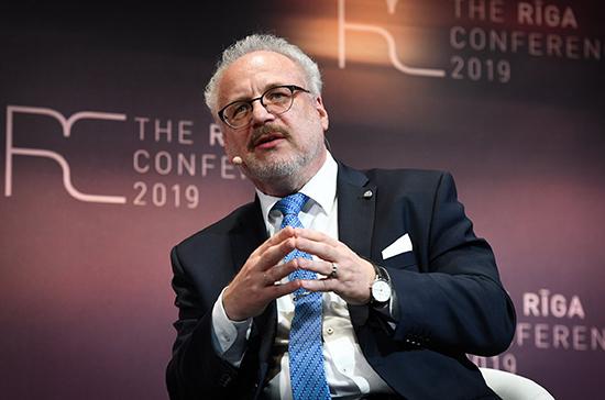 Президент Латвии предложил уменьшить число телепрограмм на русском языке