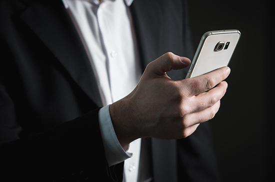 Эксперт связала с отсутствием культуры использование телефонов во время заседаний