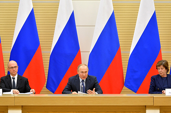 Владимир Путин обещал обдумать возможность внесения поправок о культуре в Конституцию