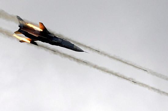 Российские Су-24 нанесли удар по прорвавшимся боевикам в Идлибе