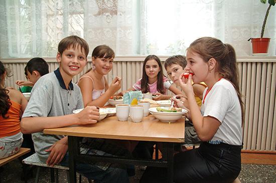 Комитет Совфеда поддержал закон о бесплатном горячем питании школьников