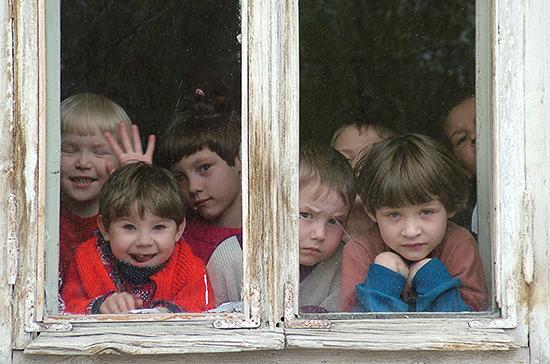 В Конституции предложили закрепить положение об уходе за детьми-сиротами
