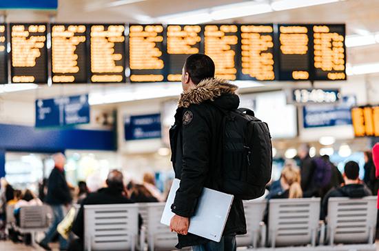 Россиян призвали максимально сократить поездки за рубеж