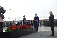 Путин возложил цветы к памятнику десантникам в Пскове