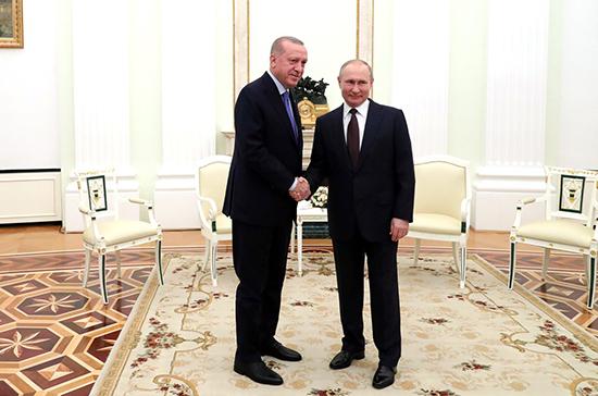 Обострение ситуации в Идлибе не должно разрушить российско-турецкие отношения, заявил Путин
