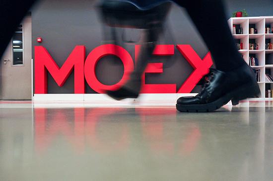 Мосбиржа повысила верхнюю ценовую границу доллара до 76,39 рубля, евро — до 87,31