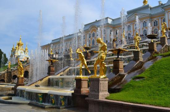 Парки Петергофа закрыли на «просушку»