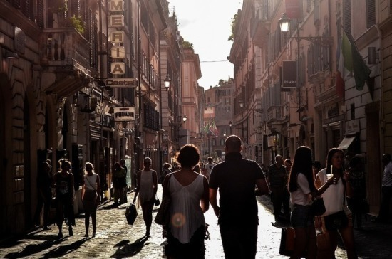 В Греции из-за коронавируса на две недели закрыли рестораны и торговые центры