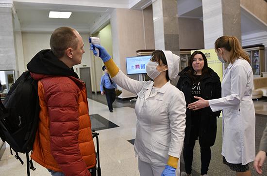 Медработники измеряют температуру на входе в Госдуму