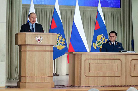 Путин потребовал бороться с необоснованным ростом цен на продукты