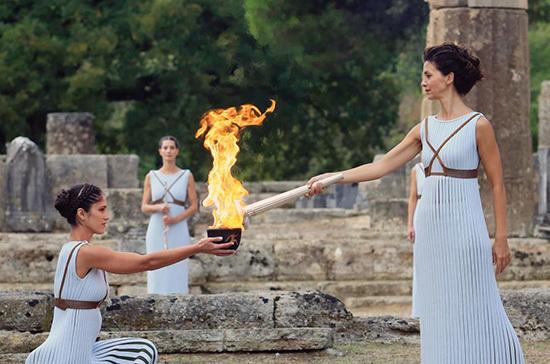 Греция передала Японии олимпийский огонь Игр-2020
