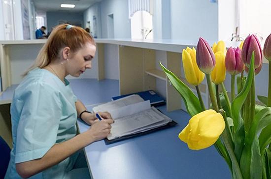 СМИ: Минздрав поручил зарегистрировать всех врачей и медсестёр